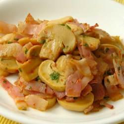 赤唐辛子にんにくを使ったマッシュルームとベーコンのピリ辛炒め