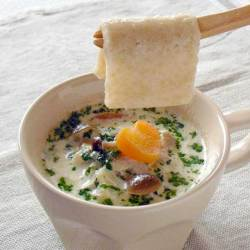 熱いスープやお味噌汁に落として約30秒で食べごろ!お手軽・簡単にエネルギー補給!